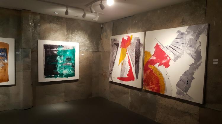 A exposição 'Por trás do véu' ocupa os dois pisos da Galeria Gamma